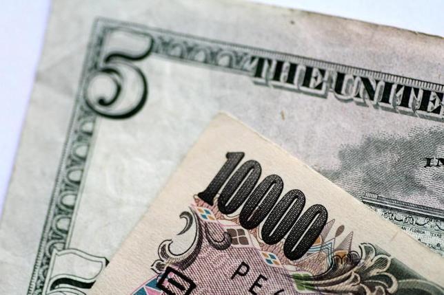 6月12日、午後3時のドル/円は、前週末ニューヨーク市場午後5時時点と比べ、若干ドル安/円高の110.22/24円だった。市場の関心は13─14日の米連邦公開市場委員会(FOMC)に寄せられている。経済指標など目立った材料もなく、動意に乏しい展開となった。写真は2日撮影(2017年 ロイター/Thomas White)
