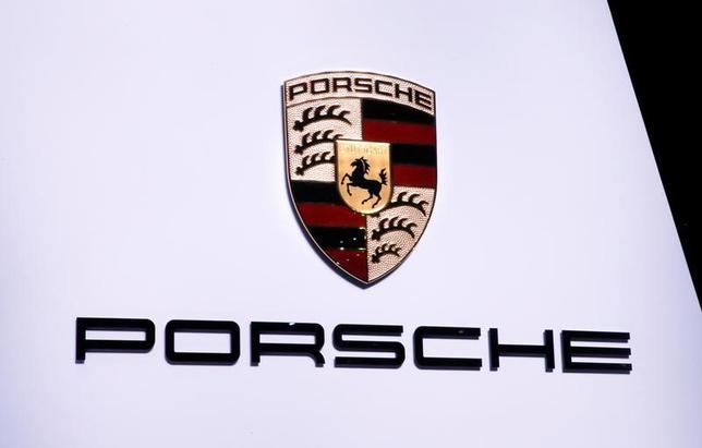 6月12日、ドイツ運輸省報道官は、フォルクスワーゲン(VW)傘下の高級スポーツ車部門ポルシェの排ガス問題について、同省が調査を連邦自動車庁(KBA)に指示したことを明らかにした。3月撮影(2017年 ロイター/Denis Balibouse)