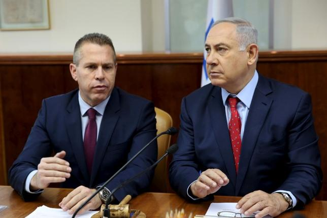 Israeli Prime Minister Benjamin Netanyahu (R) sits next to Israeli Public security Minister Gilad Erdan during the weekly cabinet meeting in Jerusalem April 10, 2016. REUTERS/Gali Tibbon/Pool/Files