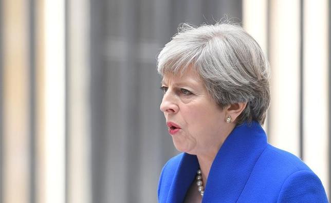 6月12日、英国のメイ首相(写真)は、自身が率いる保守党の議員との会合に出席し、保守党議員が望む限り現職にとどまるとの意向を示した、9日撮影(2017年 ロイター/Toby Melvillle)