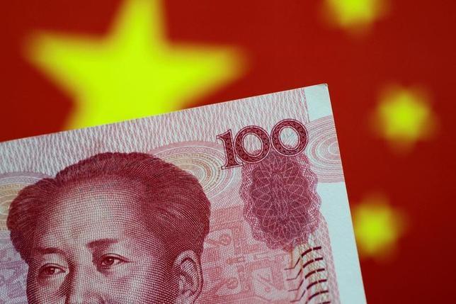 6月9日、中国当局が、さまざまな手段で人民元の値動きのコントロールを強化し始めた。写真は人民元の紙幣。5月撮影(2017年 ロイター/Thomas White)
