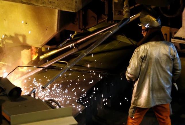 6月12日、米国鉄鋼協会は、北米自由貿易協定(NAFTA)再交渉に関し、協定を結んでいる米国とメキシコ、カナダが他の諸外国による鉄鋼ダンピングの標的にならないよう、協調体制を改善し、規則の実施を強化するよう米政権に求めた。写真は製鉄所で働く作業員。ベルギーで昨年7月撮影(2017年 ロイター/Francois Lenoir)