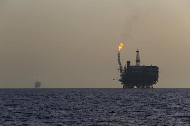 6月13日、アジア時間序盤の取引で原油先物は小幅に上昇。サウジアラビアによる原油出荷の大幅削減見通しが材料視されている。写真はリビア沖のボウリ油田。2015年8月撮影(2017年 ロイター/Darrin Zammit Lupi)