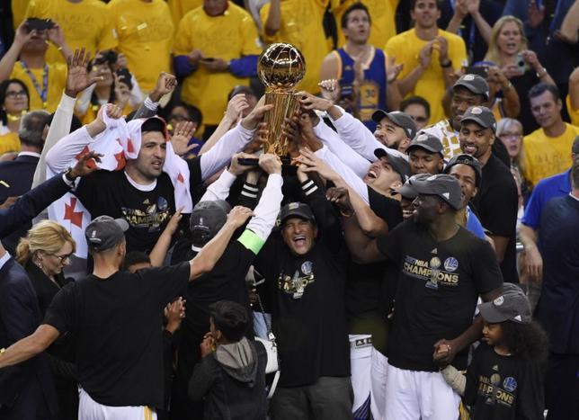 6月12日、NBAファイナル、ウォリアーズが昨季王者のキャバリアーズに129─120で勝利。4勝1敗で2年ぶり、通算5回目の優勝を果たした(2017年 ロイター/Kyle Terada-USA TODAY Sports)