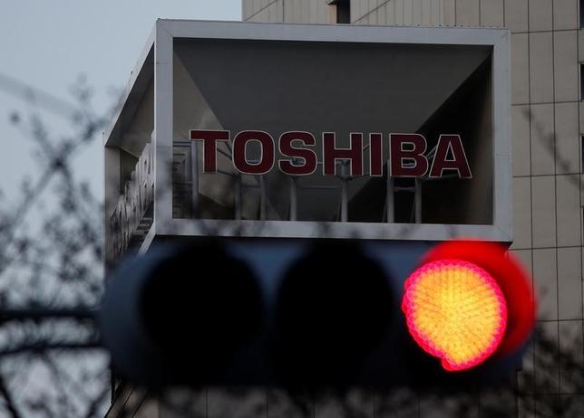 6月13日、東芝は、不正会計処理により損害を被ったとして海外機関投資家など70人が約439億円の損害賠償を求める訴訟が東京地裁に提起されたと発表した。写真は都内で3月撮影(2017年 ロイター/Issei Kato)