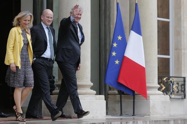 6月12日、米大手複合企業ゼネラル・エレクトリック(GE)は、ジェフ・イメルト会長兼CEO(写真右)が退任し、8月1日付で後任のCEOにGEヘルスケアのプレジデント兼CEOであるジョン・フラナリー氏(写真中央)が就任すると発表。写真は2014年、パリのエリゼ宮にて(2017年 ロイター/Christian Hartmann)