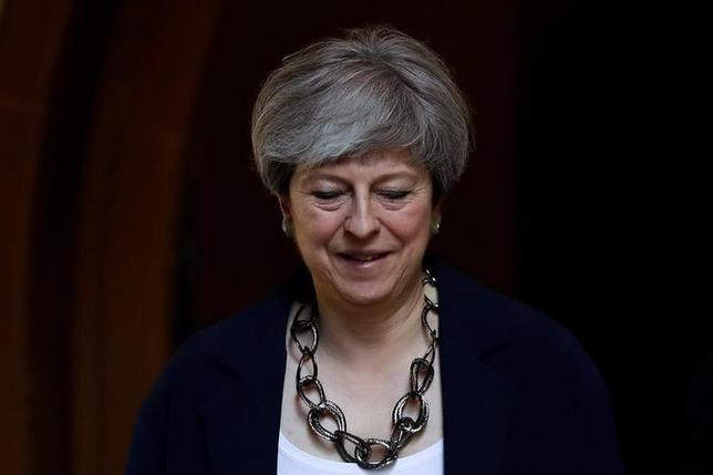 6月9日、総選挙における劇的な惨敗にもかかわらず、英国のメイ首相(写真)は続投する覚悟と見受けられる。長期的には、英国にとって破滅的な結果をもたらしかねない。英ソニングで11日撮影(2017年 ロイター/Stefan Wermuth)