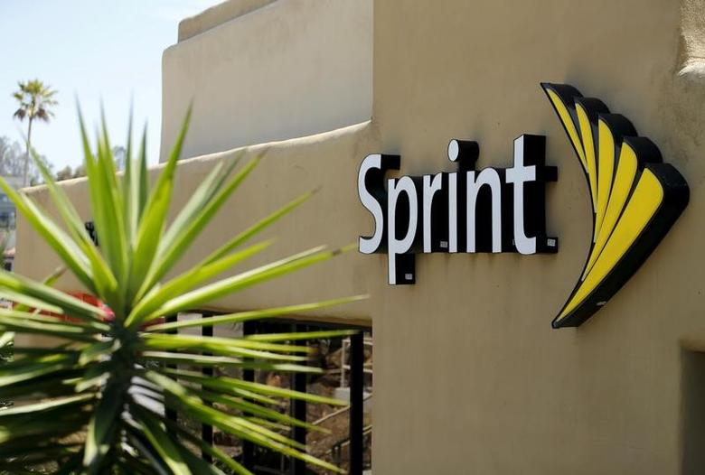 The logo of U.S. mobile network operator Sprint Corp is seen at a Sprint store in San Marcos, California August 3, 2015.        REUTERS/Mike Blake /File Photo