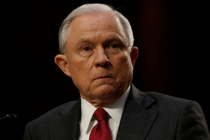 2017年6月13日,美国华盛顿,美国司法部长塞申斯在参议院听证会上听取议员提问。REUTERS/Jonathan Ernst