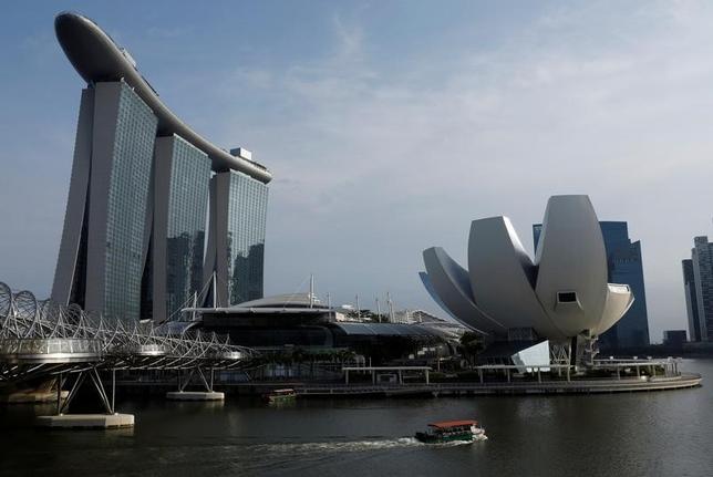 6月14日、シンガポール金融管理局(MAS、中央銀行)が公表した調査によると、エコノミスト21人による2017年のシンガポール国内総生産(GDP)の予想中央値は2.5%増だった。3月に公表された前回調査の2.3%増から上方修正された。写真は4月撮影(2017年 ロイター/Edgar Su)