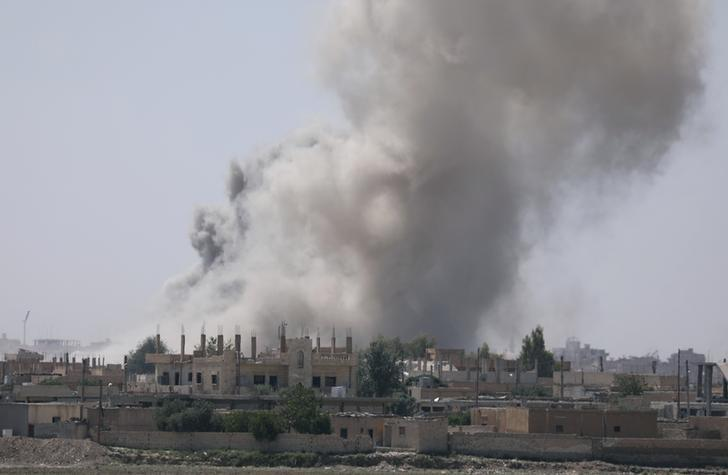 Smoke rises from the al-Mishlab district at Raqqa's southeastern outskirts, Syria June 7, 2017. REUTERS/Rodi Said