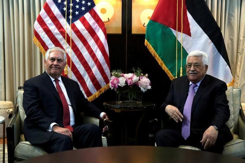 U.S. Secretary of State Rex Tillerson (L) meets with Palestinian President Mahmoud Abbas in Washington, U.S., May 3, 2017. REUTERS/Yuri Gripas