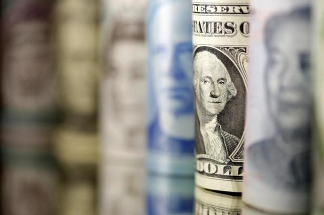 6月14日、終盤のニューヨーク外為市場では、序盤は軟調だったドルが米連邦公開市場委員会(FOMC)声明の発表後に持ち直した。13日撮影(2017年 ロイター/Dado Ruvic/Illustration)