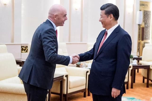 6月14日、中国の習近平国家主席(右)は、国際サッカー連盟のジャンニ・インファンティノ会長と北京で会談し、中国国内でサッカーの底上げを図る取り組みを継続していくと誓った。代表撮影(2017年 ロイター)