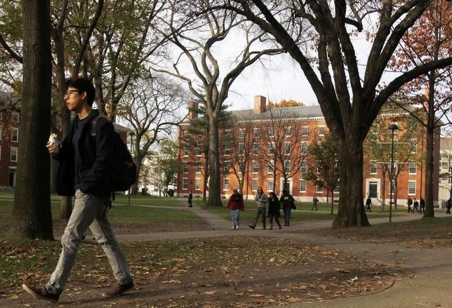 科学誌サイエンティフィック・リポーツに掲載された米研究チームの調査で、就寝と起床の時間が週末を含めてほぼ一定している大学生は、不規則な学生に比べて成績が良い可能性があることが分かった。写真は2012年11月撮影のハーバード大学のようす(2017年 ロイター/Jessica Rinaldi)