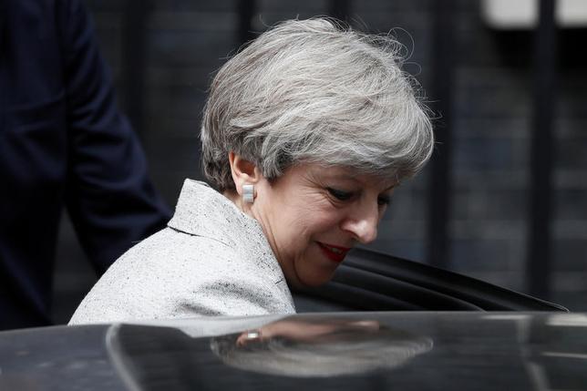6月14日、英国のメイ首相(写真)は、欧州連合(EU)との正式な離脱交渉を前に、自ら掲げてきた強硬離脱方針を軌道修正するよう求める与党・保守党内の声に直面している。ロンドンで13日撮影(2017年 ロイター/Stefan Wermuth)