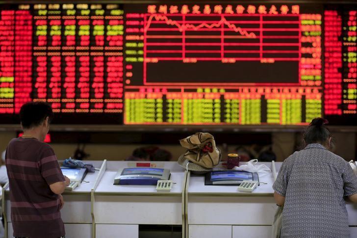 资料图片:2015年9月,上海一家券商营业部内的股民。REUTERS/Aly Song