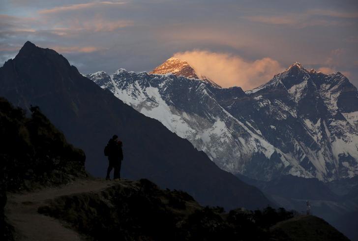 资料图片:2015年11月,夕阳下的珠穆朗玛峰(中)。REUTERS/Navesh Chitrakar