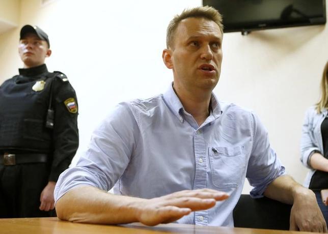 6月14日、ロシア中央選挙管理委員会のエラ・パンフィロワ委員長は、野党勢力指導者のアレクセイ・ナワリヌイ氏(写真)が来年の大統領選に出馬できる可能性はないとの見解を示した。モスクワの裁判所で12日撮影(2017年 ロイター/Sergei Karpukhin)