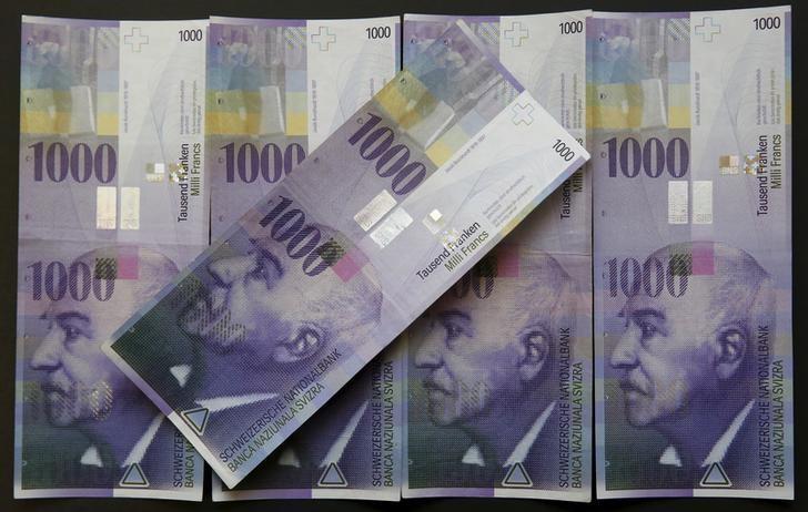 资料图片:2016年2月,面值1000瑞郎的纸币。REUTERS/Ruben Sprich