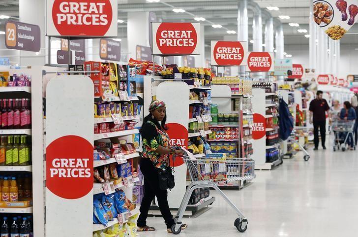 资料图片:2017年4月,伦敦,一名顾客推着车在超市内购物。REUTERS/Neil Hall