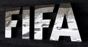 Логотип ФИФА у штаб-квартиры организации в Цюрихе 10 января 2017 года. Арбитры матчей Кубка конфедераций, который пройдет в России этим летом, будут иметь право останавливать игры из-за дискриминационного поведения фанатов, сообщила ФИФА. REUTERS/Arnd Wiegmann
