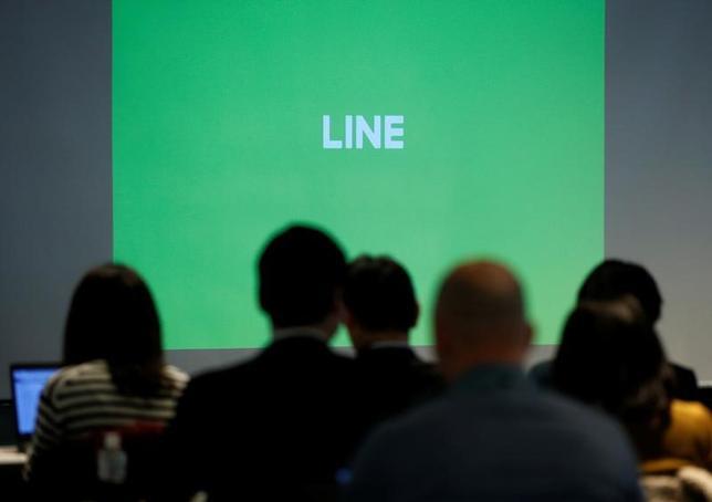 6月15日、LINEは、トヨタ自動車とインターネットに常時接続する「コネクテッドカー(つながる車)」に関して協業することで合意したと発表した。都内で1月撮影(2017年 ロイター/Toru Hanai)