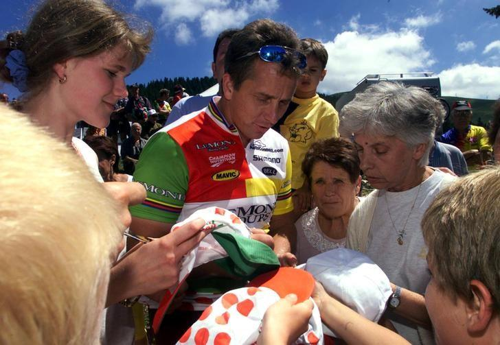 FILE PHOTO: Former three time winner of the Tour de France, American Greg Lemond, takes time to sign autographs along the route of the 17th stage of the Tour de France cycling race from Albertville to Aix-Les-Bains, France, July 29, 1998.  REUTERS/Jacky Naegelen/File Photo