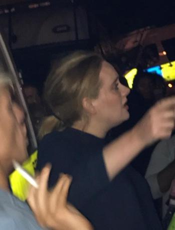 6月15日、ロンドンの高層住宅で発生した大規模火災の現場周辺に集まっていた人々のなかに、慰問のため訪れた英歌手アデルさんがいたことがソーシャルメディアに投稿された写真で明らかになった。写真はソーシャルメディアから(2017年 ロイター/TWITTER: FOURMEE)