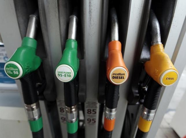 6月16日、アジア時間の原油相場は、6カ月ぶりの安値近辺で推移している。仏ニースのガソリンスタンドで2014年12月撮影(2017年 ロイター/Eric Gaillard)