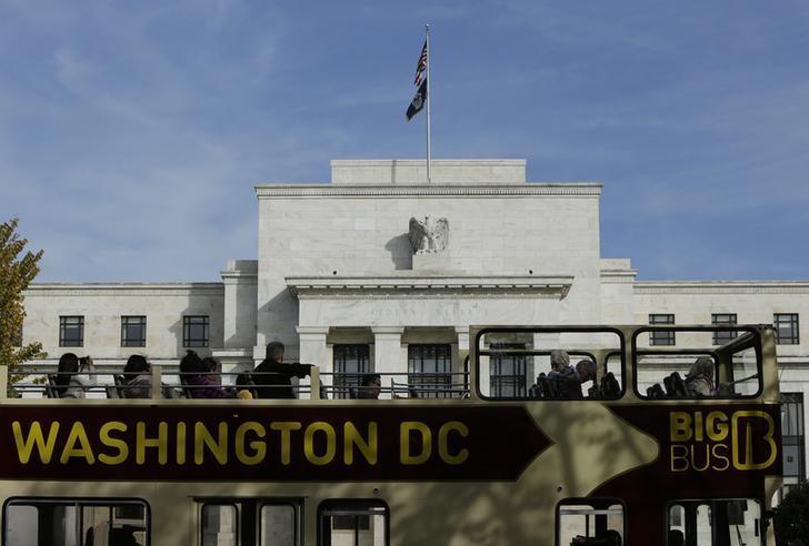 资料图片:2014年10月,美国华盛顿,一辆观光巴士经过美联储总部。REUTERS/Gary Cameron