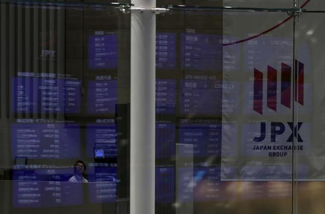 6月16日、東京株式市場で日経平均は、5日ぶり反発。為替が1ドル111円台を回復したことで主力輸出株に買い戻しが入った。日銀の金融政策決定会合は市場予想通り現状維持となった。写真は東京証券取引所で2015年8月撮影(2017年 ロイター/Yuya Shino)