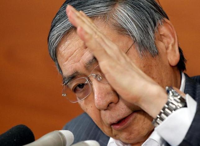 6月16日、日銀の黒田東彦総裁は金融政策決定会合後の会見で、一般論として、長期金利の上昇圧力が低下する局面では国債買い入れ額を減らせるとの考えを示した(2017年 ロイター/Toru Hanai)