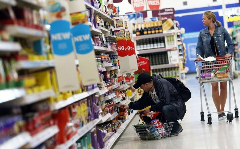 Shoppers browse aisles in a supermarket in London, Britain April 11, 2017.  REUTERS/Neil Hall
