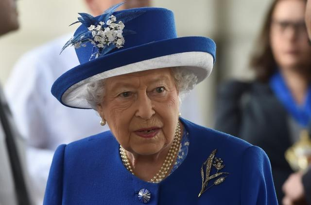 Britain's Queen Elizabeth visits the scene of the fire that destroyed the Grenfell Tower block, in north Kensington, West London, Britain June 16, 2017.  REUTERS/Hannah McKay