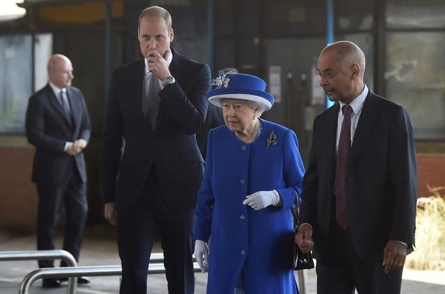 Britain's Queen Elizabeth and Prince William visit the general scene of the fire that destroyed the Grenfell Tower block, in north Kensington, West London, Britain June 16, 2017.  REUTERS/Hannah McKay