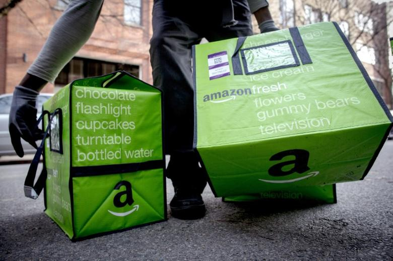 An Amazon worker delivers groceries from the Amazon Fresh service in the Brooklyn Borough of New York, November 25, 2014.  REUTERS/Brendan McDermid (UNITED STATES - Tags: BUSINESS SCIENCE TECHNOLOGY) - RTR4FM6T