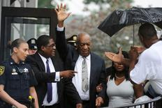 Actor and comedian Bill Cosby (C) waves as he departs after a judge declared a mistrial in his sexual assault trial at the Montgomery County Courthouse in Norristown, Pennsylvania, U.S., June 17, 2017.  REUTERS/Charles Mostoller