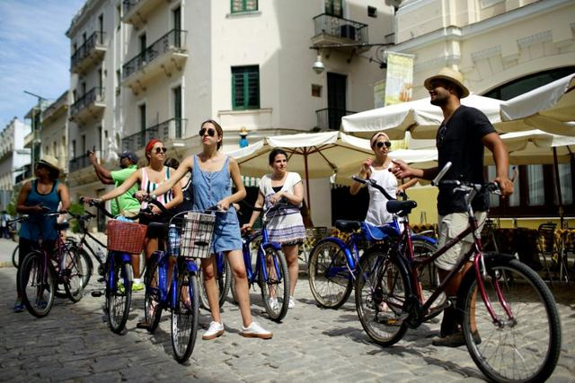 A group of tourists from the U.S. take a guided bicycle tour in Havana, Cuba June 17, 2017. REUTERS/Alexandre Meneghini