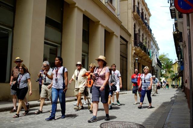 Tourists take a guided tour in Havana, Cuba June 17, 2017. REUTERS/Alexandre Meneghini