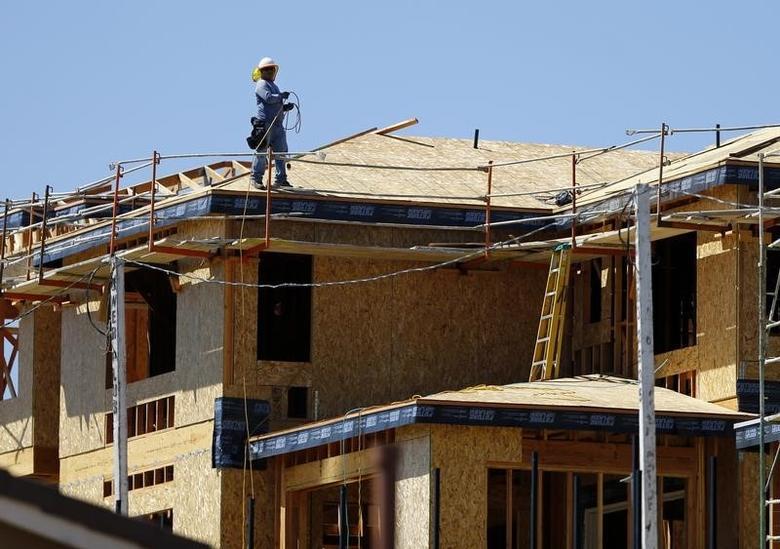 资料图片:2014年9月,加州Carlsbad, 一名工人站在一栋新建房屋的屋顶上。REUTERS/Mike Blake