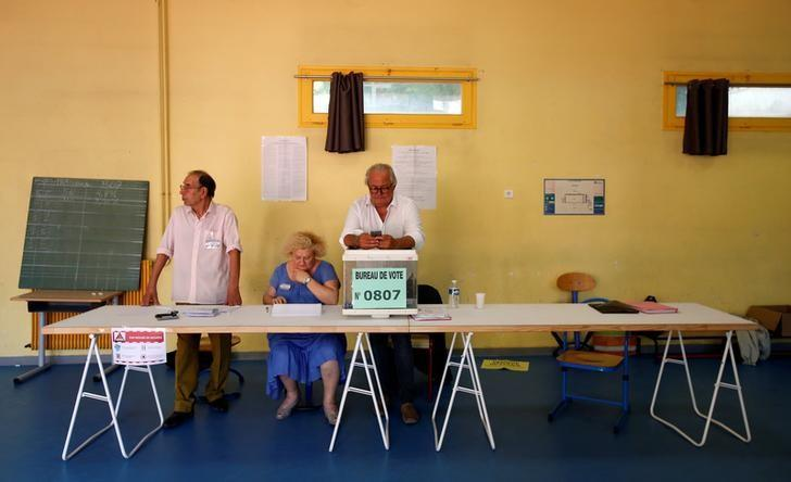 Electoral staff members wait for voters at a polling station, during the second round of French parliamentary election in Marseille, France June 18, 2017. REUTERS/Jean-Paul Pelissier