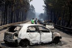 Un violento incendio forestal que aún estaba activo el domingo en el centro de Portugal causó la muerte de al menos 62 personas, dijo el Gobierno luso, en el que posiblemente es el siniestro más letal registrado en el país de la costa atlántica, habituado a registrar esta clase de desastres naturales casi todos los veranos.  En la imagen, coches calcinados por el incendio forestal en Figueiro dos Vinhos, Portugal, el 18 de junio de 2017. REUTERS/Rafael Marchante