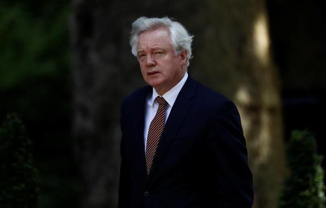 6月18日、英国のデービス欧州連合(EU)離脱担当相(写真)は、ブリュッセルでEUとの離脱交渉を開始するにあたり、英国のEU離脱に「疑いはない」と強調した。ロンドンで14日撮影(2017年 ロイター/Stefan Wermuth)