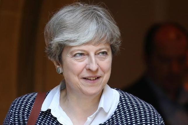 6月18日、同日付の英紙サンデー・テレグラフは、保守党上層部の関係筋の話として、メイ首相(写真)が欧州連合(EU)離脱方針を軟化しようとすれば、党内のEU懐疑派から党首の座を追われる可能性があると報じた(2017年 ロイター/Kevin Coombs)