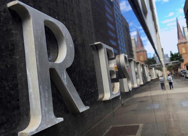 6月19日、オーストラリア準備銀行(RBA、中央銀行)のロウ総裁は国内経済成長率について、年初のさえない状況から伸びが加速するとの見通しを示した。一方で経済の逆風にも言及した。写真はシドニーにあるRBA本部。2016年10月撮影(2017年 ロイター/David Gray/File Photo)