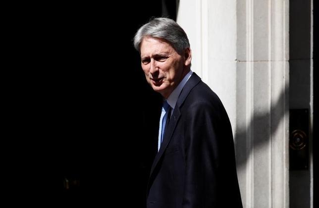 6月16日、英国のハモンド財務相(写真)は、次週開始するEU離脱交渉について、実際的なアプローチで臨むべきとの見解を示した。ロンドンで13日撮影(2017年 ロイター/Stefan Wermuth)