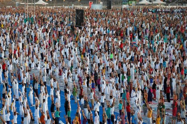 6月18日、国連が制定した6月21日の「国際ヨガの日」を前に、世界各地でヨガのイベントが開催された。写真はインド西部の都市アフマダーバードで撮影(2017年 ロイター/Amit Dave)