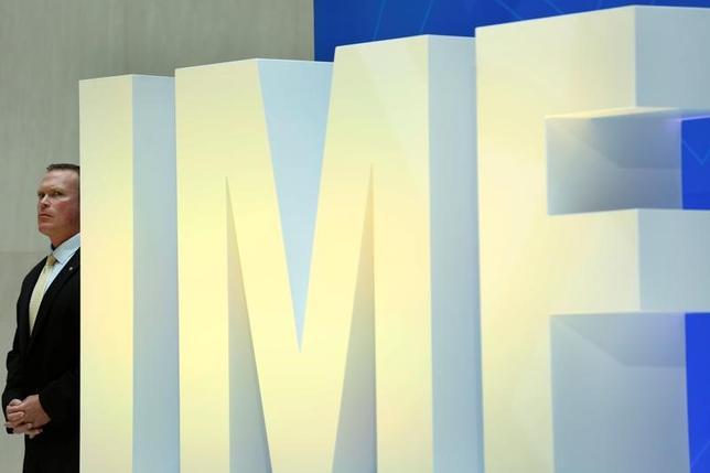 6月19日、国際通貨基金(IMF)は、日本の経済や金融に関する報告書を公表し、金融政策は引き続き緩和スタンスを維持すべきとの見解を示した。写真はワシントンのIMF本部で4月撮影(2017年 ロイター/Yuri Gripas)