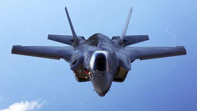 6月18日、米防衛大手ロッキード・マーチンは、ステルス戦闘機F35を11カ国に対して合計で440機売り込む商談の最終段階に入っている。写真は大西洋上空で訓練中のF35B。米海兵隊が2015年8月提供(2015年 ロイター)
